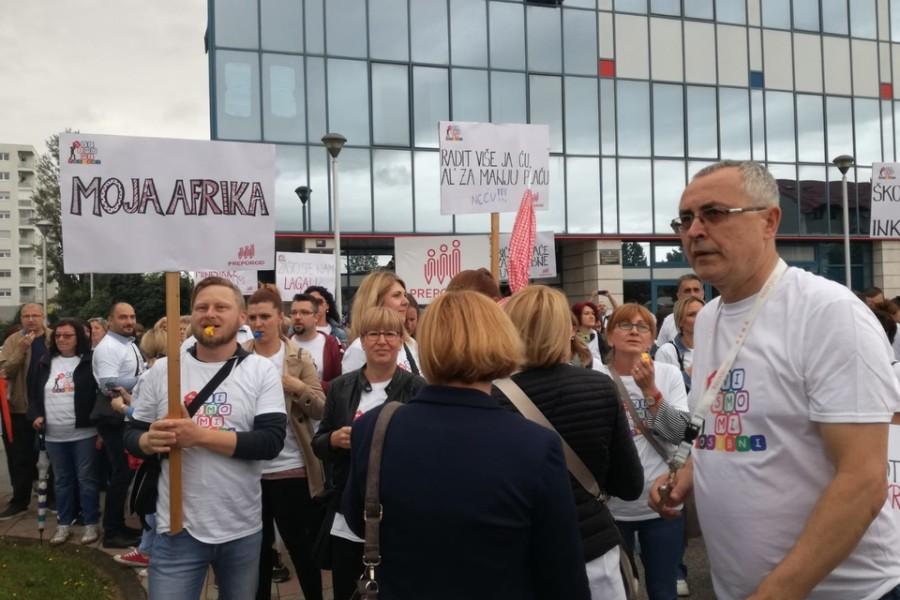 Prosvjetni radnici prosvjeduju pred ministarstvom obrazovanja, Divjak ih primila na sastanak