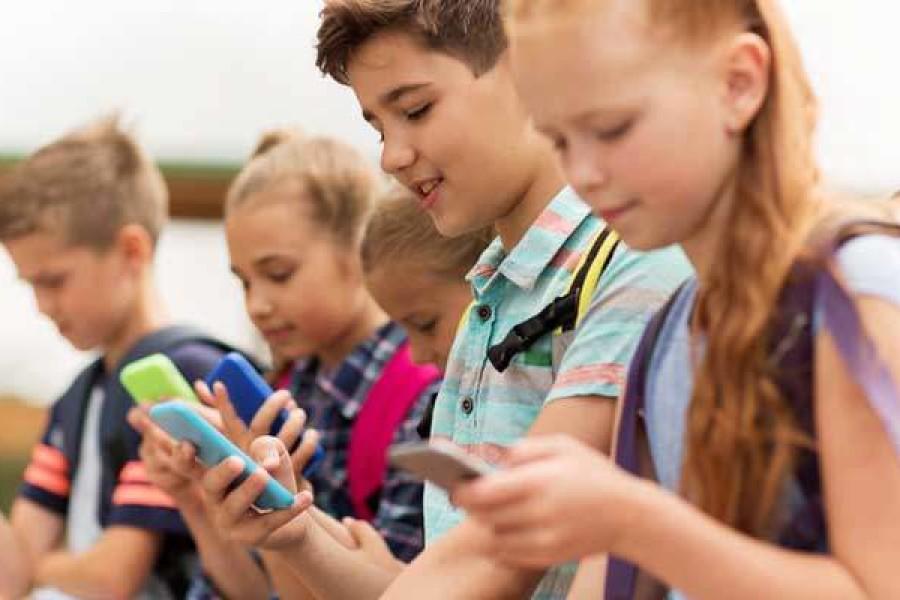 Francuska zakonom zabranila mobitele u osnovnoj školi. Treba li i Hrvatska?