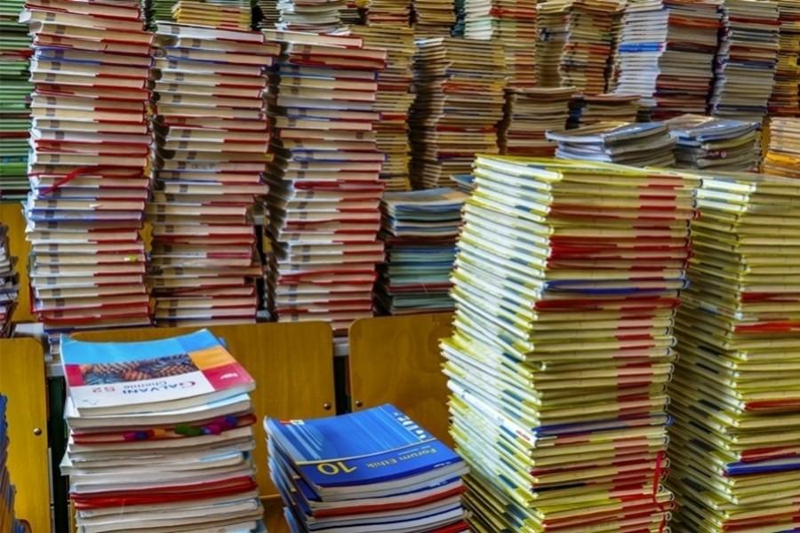Nastavnicima je teško nositi besplatne knjige